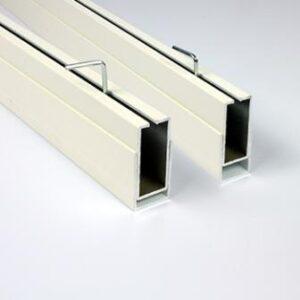 Inserendo questa doppia guida la regolazione e l'installazione della zanzariera risulta perfetta sia dal punto di bista tecniche che estetico, anche in presenza di forti irregolarità della muratura.